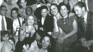 J Baker La Havana La Baker en el centro, rodeada de músicos y amigos. Se destacan el pianista Felo Bergaza y la compositora Zoila Castellanos, Tania. (Foto tomada de todocuba.org)